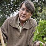 foto de Joaquín Araujo en un huerto
